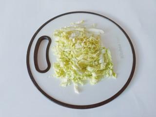 白菜粉丝汤,白菜洗净控干水份切成小段。