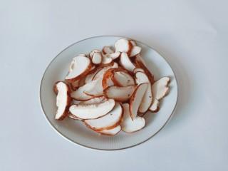 白菜粉丝汤,香菇里外清洗干净,切成薄片。