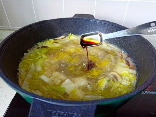 白菜粉丝汤,煮到汤汁入味,加入生抽。盐调味。