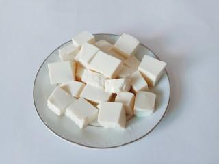 白菜粉丝汤,豆腐对半切开,再切成小方块。