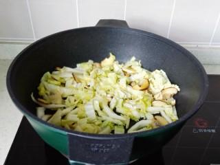白菜粉丝汤,开大火将白菜丝翻炒均匀。
