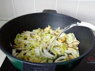 白菜粉丝汤,加入适量的清水或者高汤。