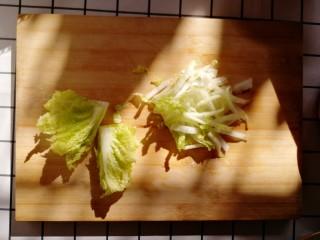 白菜炒豆腐,白菜掰下叶子,白菜叶和白菜帮分开切
