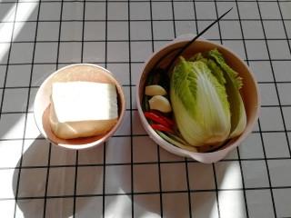 白菜炒豆腐,准备好所有食材,豆腐、白菜、小葱等洗净