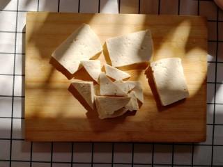 白菜炒豆腐,豆腐切厚片,再切成不规则小块