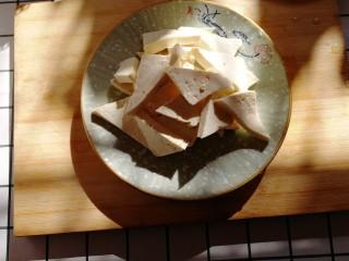 白菜炒豆腐,切好后装盘放旁边备用