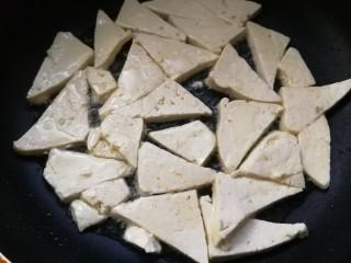 白菜炒豆腐,冷锅下油,烧热后下豆腐块