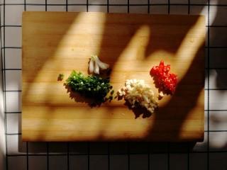 白菜炒豆腐,小葱、大蒜、小米椒剁碎