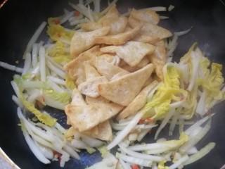 白菜炒豆腐,然后到豆腐块,加适量酱油、蚝油翻炒上色