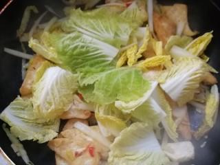 白菜炒豆腐,最后倒入白菜叶,翻炒均匀