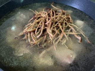 茶树菇炖鸡汤,加入适量清水,加茶树菇