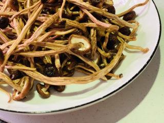 茶树菇炖鸡汤,泡好的茶树菇捞起,剪掉菇头,盛碗里待用