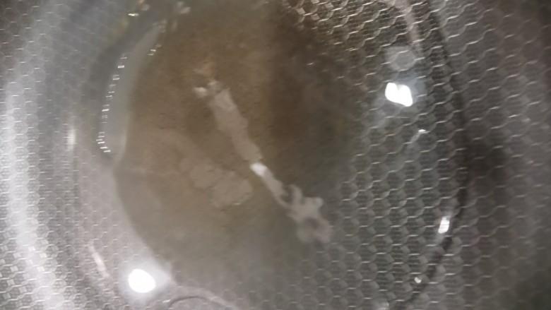 啤酒鸡翅根,锅中放油。