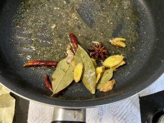 啤酒鸡翅根,锅中留底油,加入姜片干辣椒八角香叶,小火煸香