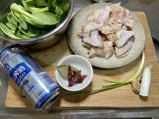 啤酒鸡翅根,食材合照:腌制好的鸡翅根,小青菜几颗,啤酒一听,小葱一根,葱白一段,姜一小块,香叶两片,干辣椒三个,八角一个