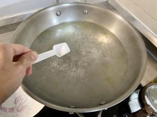 啤酒鸡翅根,等待炖鸡翅时烫一下青菜,坐锅烧水,水开加少许食盐几滴食用油,下青菜烫半分钟