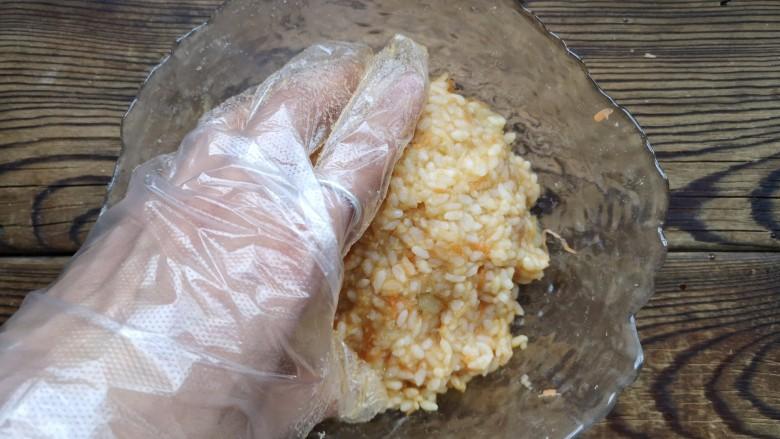 午餐肉饭团,带厨房手套抓拌均匀。