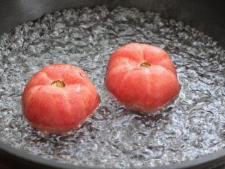 番茄花菜,将番茄表面划十字刀,放到开水中烫三十秒左右,捞出立刻冲凉水。