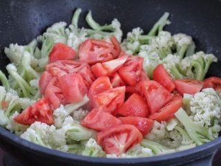 番茄花菜,再放入番茄与花菜混合翻炒均匀,直到西红柿变软出现汤汁。