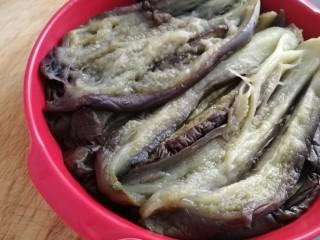 肉末蒸茄子,隔水上锅,水开蒸15分钟,倒去多余水份,把茄子划开。