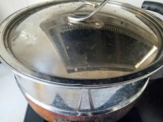 肉末蒸茄子,锅中加入适量清水煮开,放入茄子,蒸8分钟