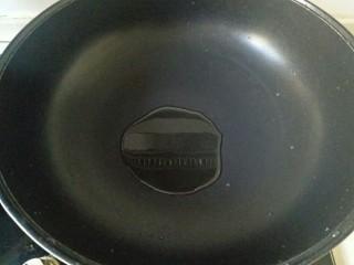 肉末蒸茄子,炒锅中加入适量花生油烧热