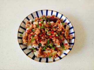 肉末蒸茄子,将肉沫浇在蒸好的茄子上,撒上葱花和辣椒碎