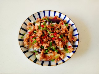 肉末蒸茄子,加入少许花生油烧热,浇在上面即可均匀