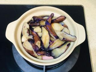 茄子粉丝煲,将炒好的茄子加入砂锅