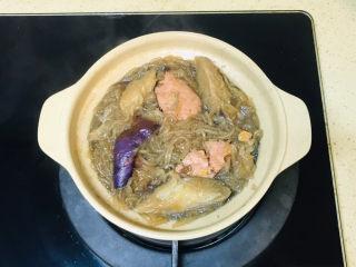 茄子粉丝煲,一直煮到粉丝入味,蔬菜变软就可以关火了