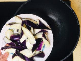 茄子粉丝煲,所有食材准备好,起油锅,油烧热后,加入茄子