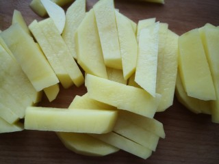 茄子炖土豆,去豆去皮清洗干净切成长条状