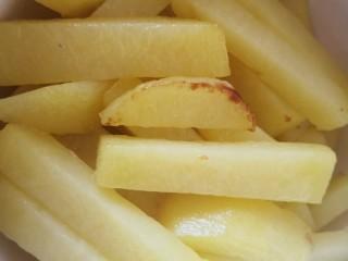 茄子炖土豆,炸至土豆条微黄盛出备用
