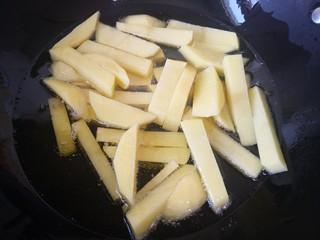 茄子炖土豆,放入土豆条