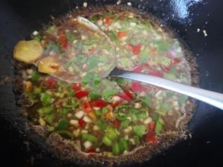 茄子炖土豆,放入调好的料汁,煮至浓稠