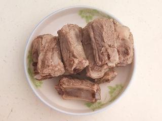 红烧土豆排骨,把焯好的排骨捞出来备用
