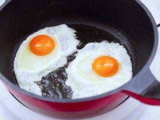 快手荷包蛋焖小面,锅中倒入橄榄调和油烧热,打入鸡蛋开始煎制。