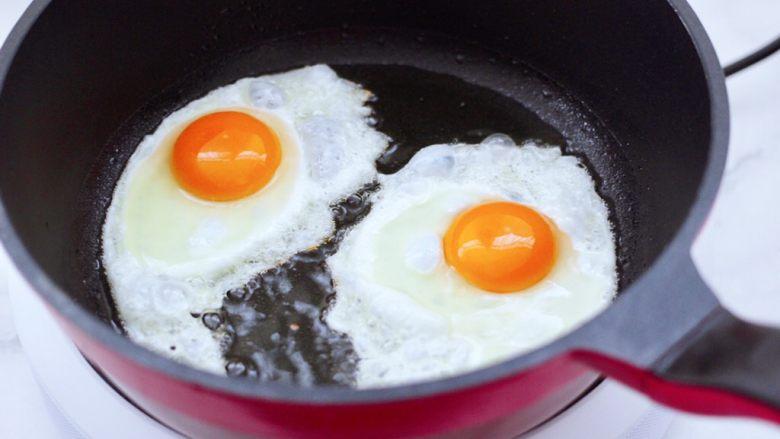 快手荷包蛋焖小面,锅中倒入橄榄调和油烧热,打入<a style='color:red;display:inline-block;' href='/shicai/ 9'>鸡蛋</a>开始煎制。