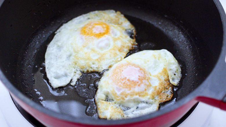 快手荷包蛋焖小面,煎至鸡蛋两面金黄色的时候,盛出备用。
