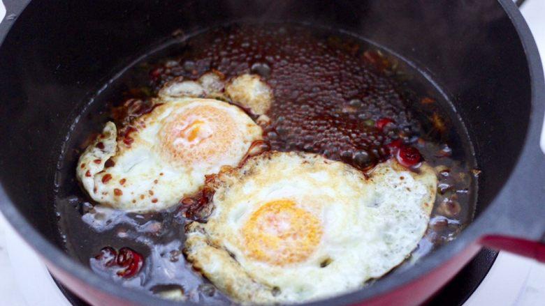 快手荷包蛋焖小面,大火煮沸后,先放入荷包蛋。