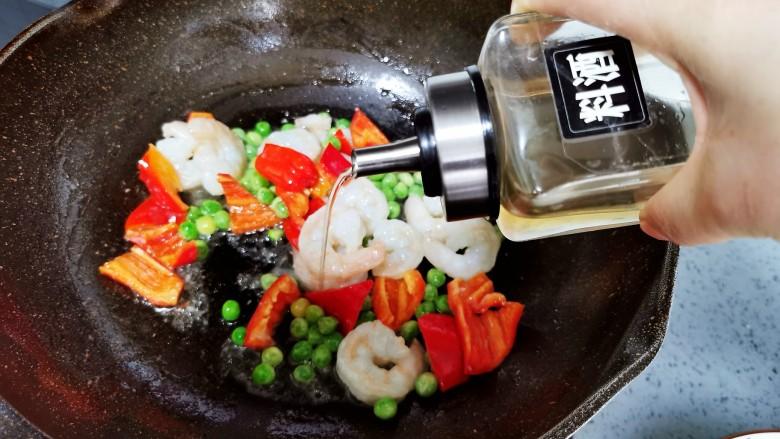 虾仁日本豆腐,加入<a style='color:red;display:inline-block;' href='/shicai/ 718'>料酒</a>