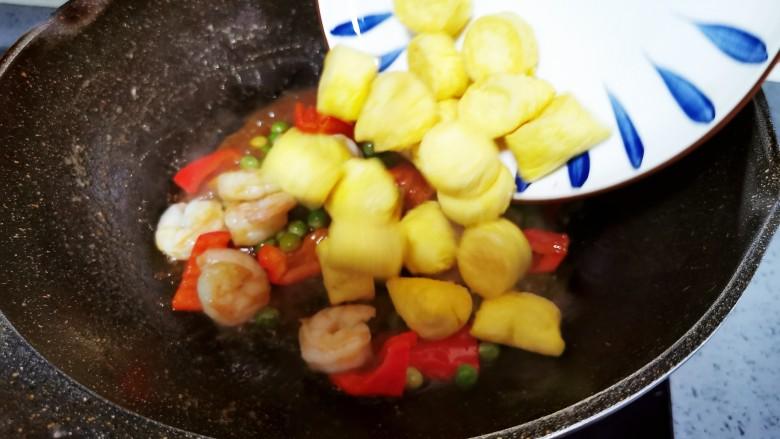 虾仁日本豆腐,倒入煎好的豆腐
