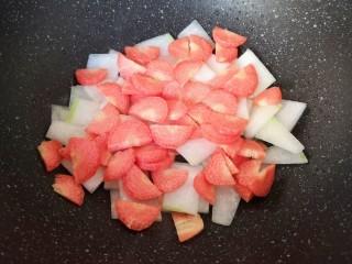 冬瓜海带汤,下入红萝卜片。