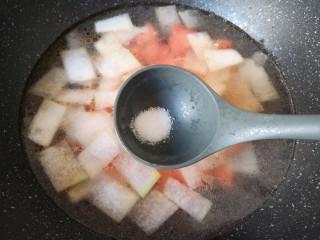 冬瓜海带汤,放盐调味。