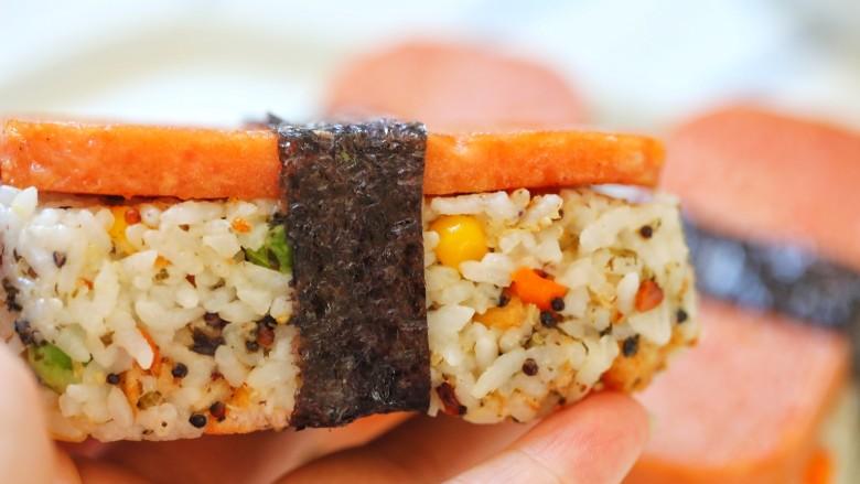 午餐肉饭团,用寿司海苔把它包起来。