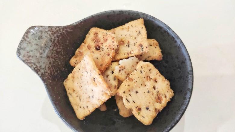午餐肉饭团,准备一小碗锅巴,把它碾碎,或者用薯片也行。