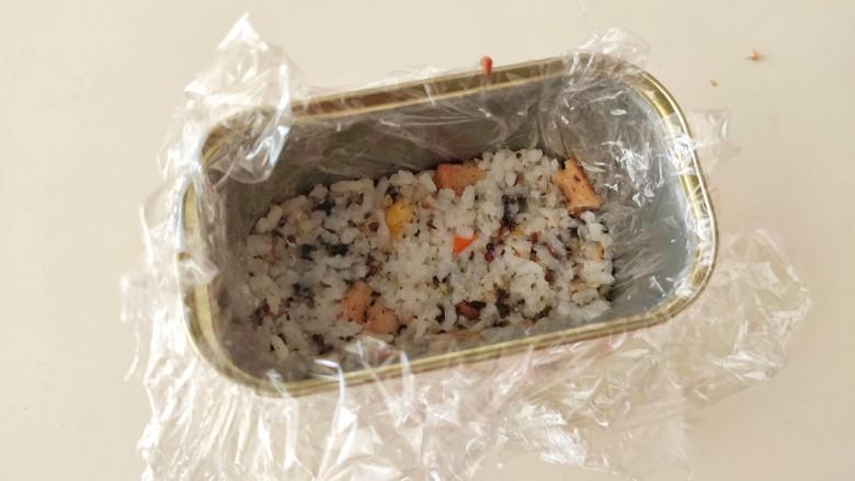 午餐肉饭团,把保鲜膜放在午餐肉的盒子里面,底部放一片午餐肉