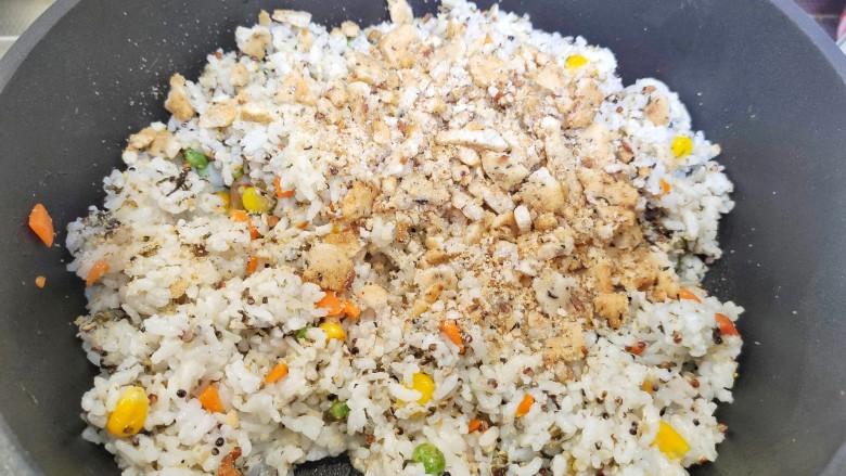 午餐肉饭团,把锅巴碎倒入锅中。