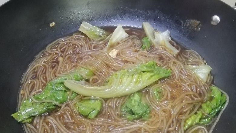 简简单单也不失美味~~鸡蛋生菜炖粉条,煮至生菜断生便可