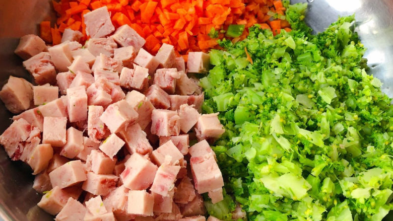午餐肉饭团,西兰花掰成小块洗净在开水中焯水断生后立即放入冷水中过凉再沥干水份切成小粒,胡萝卜和午餐肉切成小块